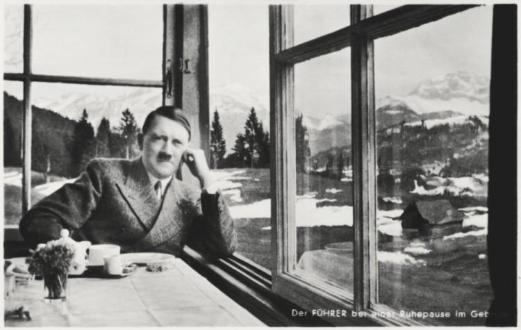 Der Führer bei einer Ruhepause im Gebirge (Photo-Hoffmann München, Theresienstraße 74)