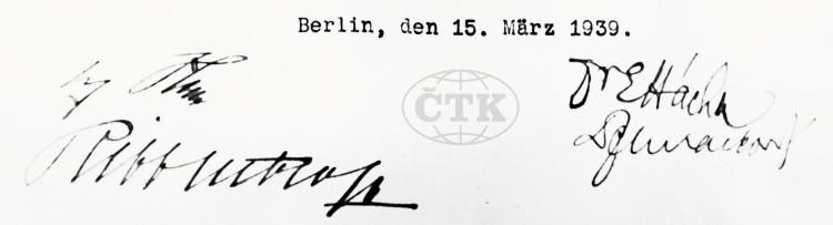 Protokol o vzniku Protektorátu Čechy a Morava, podepsaný 15. března 1939 v Berlíně prezidentem Emilem Háchou, Františkem Chvalkovským, Adolfem Hitlerem a Joachimem von Ribbentropem. Foto ČTK